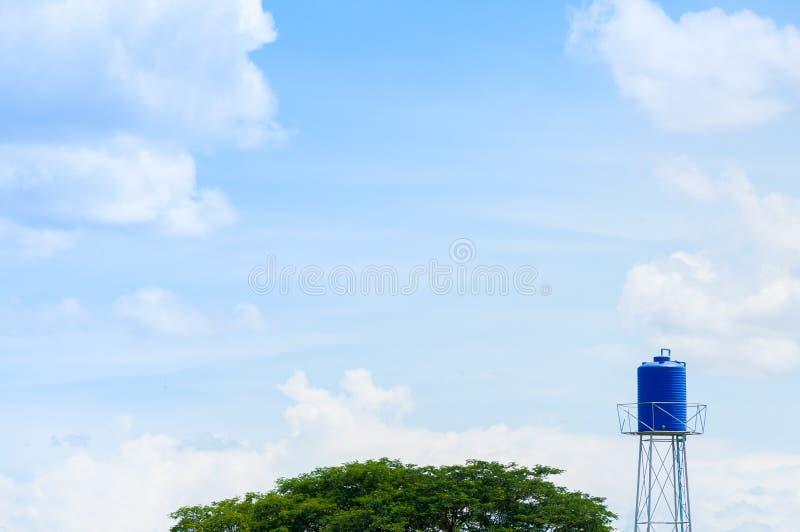 Een plastic blauwe watertank op de toren royalty-vrije stock afbeelding