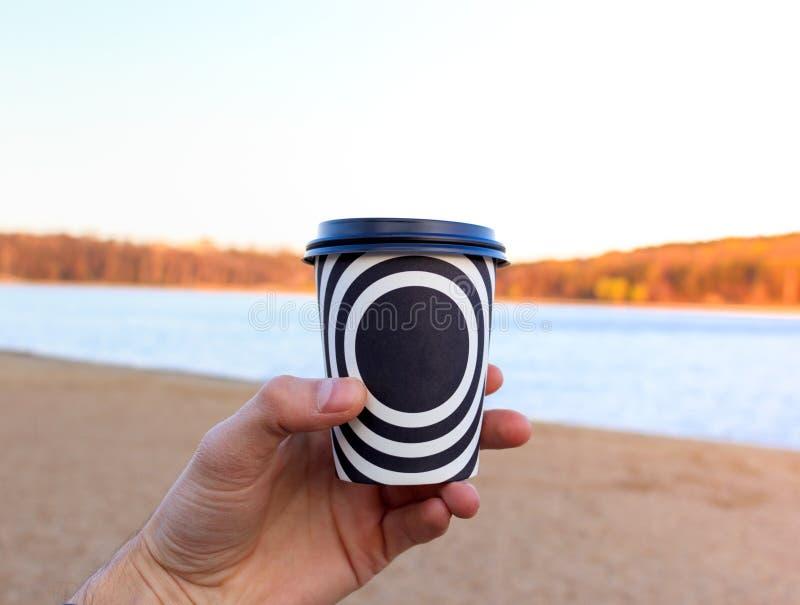 Een plastic kop met koffie royalty-vrije stock foto