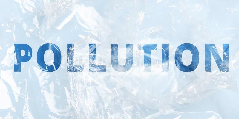 Een plastic zak geëtiketteerd verontreiniging Het concept milieuvervuiling, productie, ecologie Veelvoudige blootstelling, dubbel stock afbeeldingen