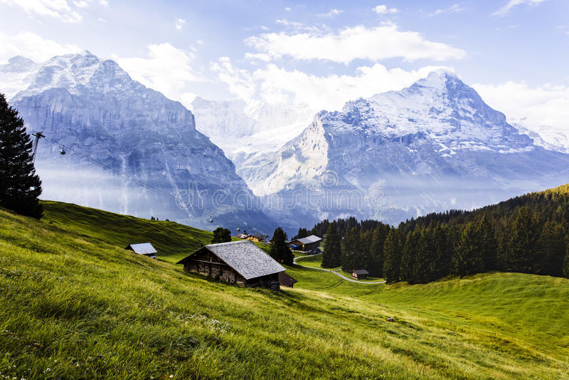 Een plattelandshuisje in de bergen van de Alp in Zwitserland stock foto's