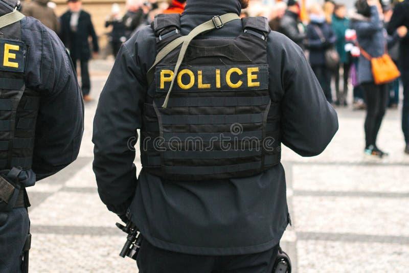 Een politieagent op de bescherming van openbare orde Een conceptueel beeld van het beschermen van mensen door de politie Wetshand stock afbeeldingen