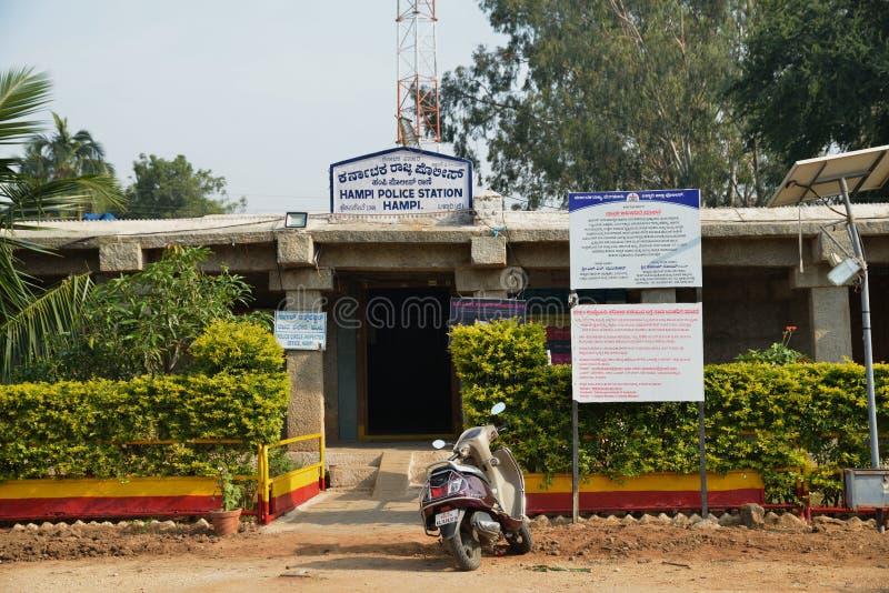 Een Politiebureau op de oude geruïneerde marktplaats van Vijayanagara-imperium, Hampi, Karnataka, India stock foto