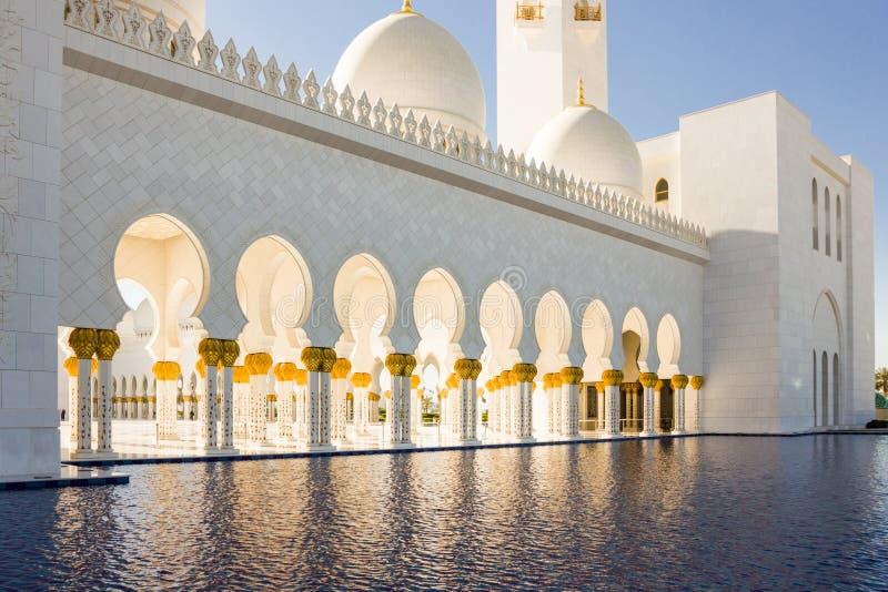 Een pool van water dichtbij Shaikh Zayed-bak Sultan al Nahyan Grand Mos royalty-vrije stock afbeeldingen