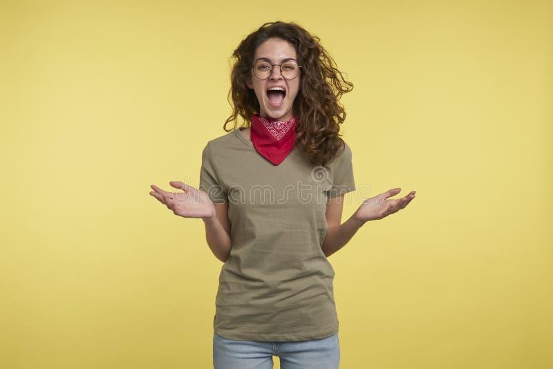 Een portret van brunette die gekke vrouw gillen, zij gelukkige abouth iets royalty-vrije stock fotografie