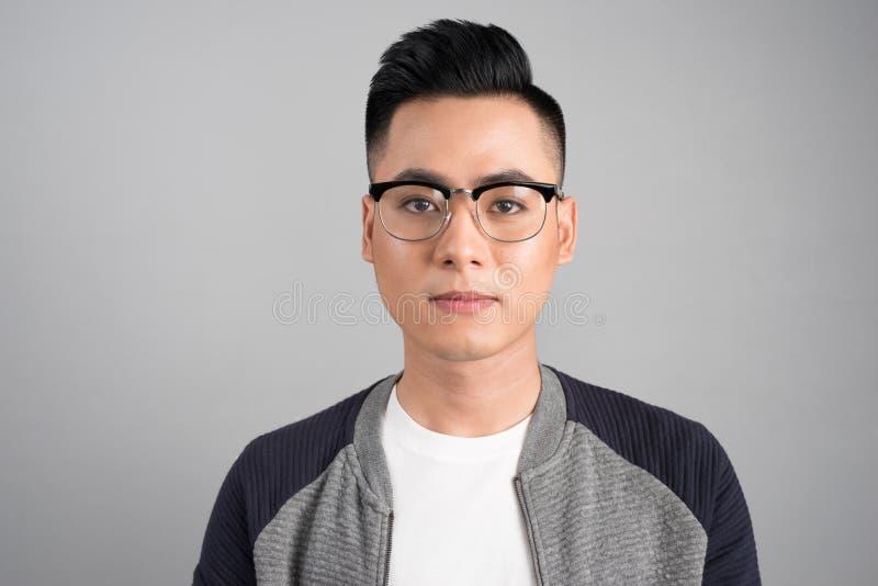 Een portret van de Aziatische mens met ernstig emotiegezicht stock foto