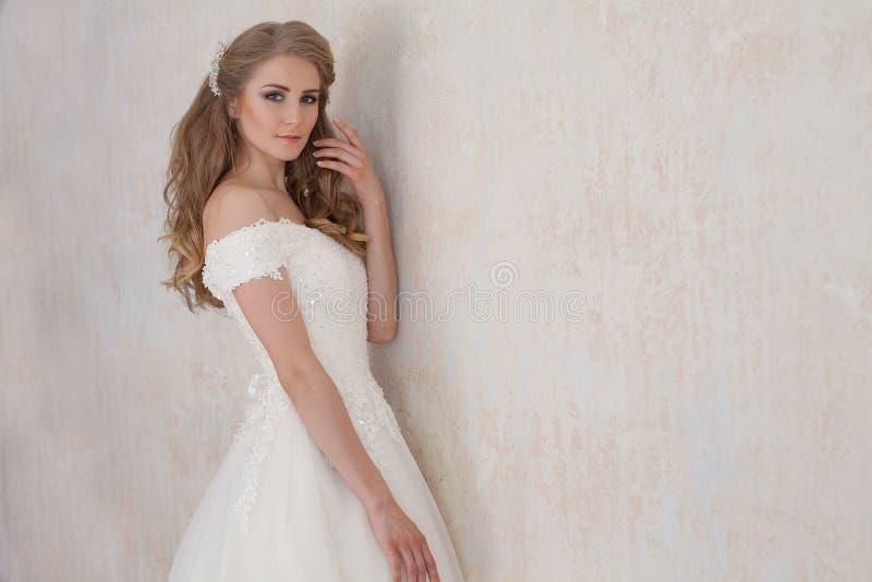 Een portret van de bruid vóór het huwelijk in witte kleding stock foto