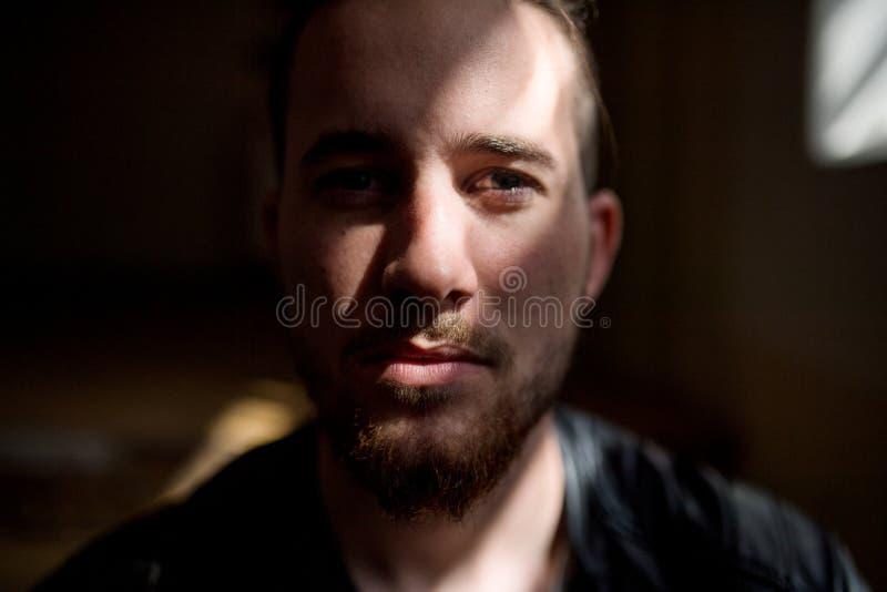 Een portret van de jonge mens binnen, een close-up royalty-vrije stock foto