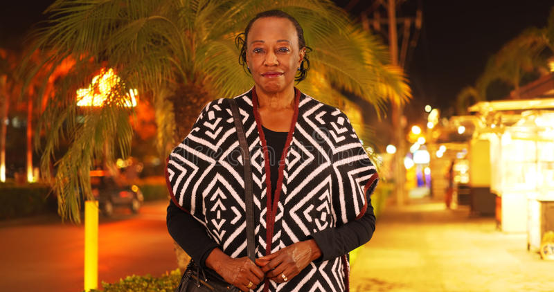 Een portret van een bejaarde Afrikaanse Amerikaanse vrouw in een tropische plaats royalty-vrije stock foto