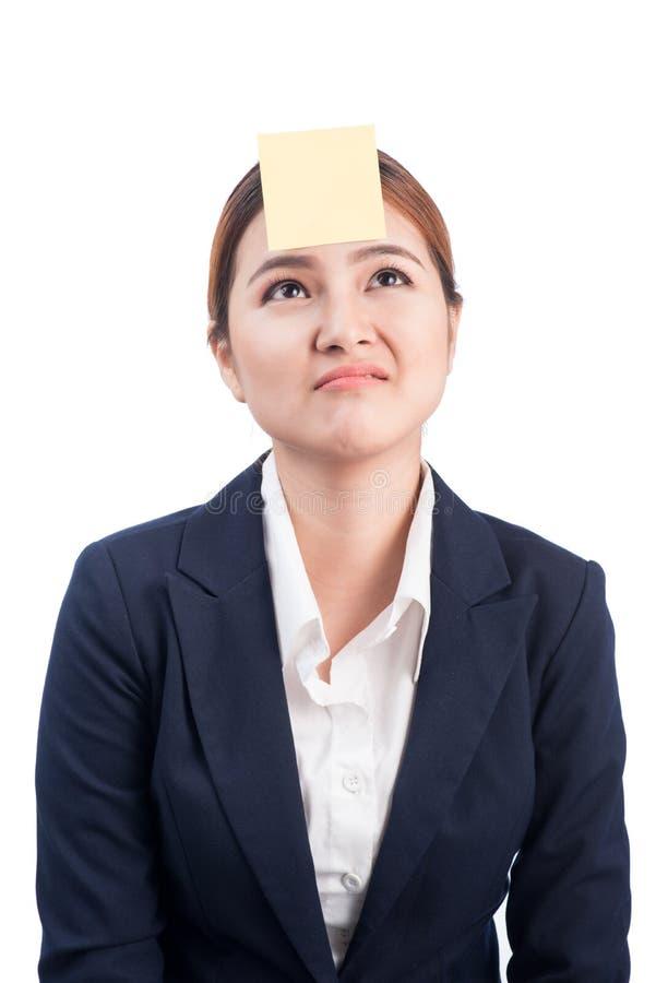 Een portret van een jonge verwarde bedrijfsvrouw met een kleverige nota royalty-vrije stock foto