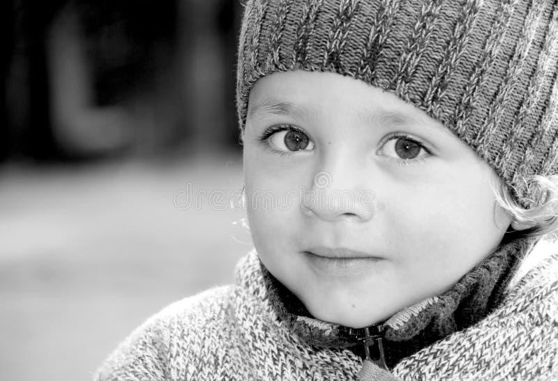 Een portret van een kleine jongen buiten. stock foto