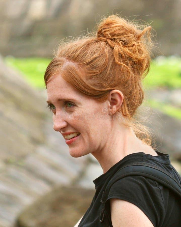 Een portret van een Mooie Glimlachende Roodharige stock foto