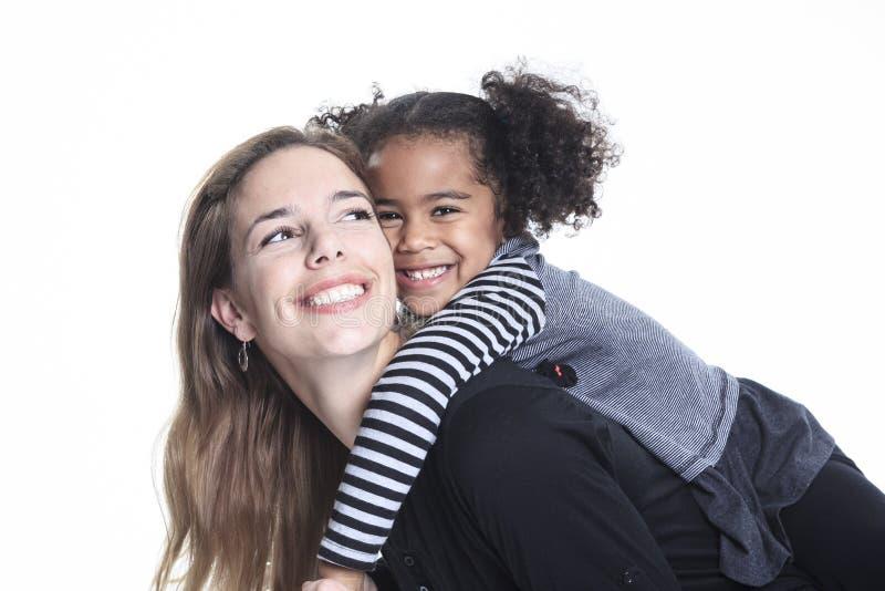 Een portret van gelukkige vrolijke Afrikaanse familie op witte bedelaars royalty-vrije stock foto's