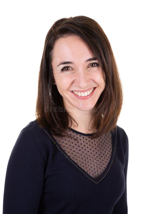 Een Portret van het charmeren van donkerbruine vrouw in het glimlachen ruim bij camera stock foto