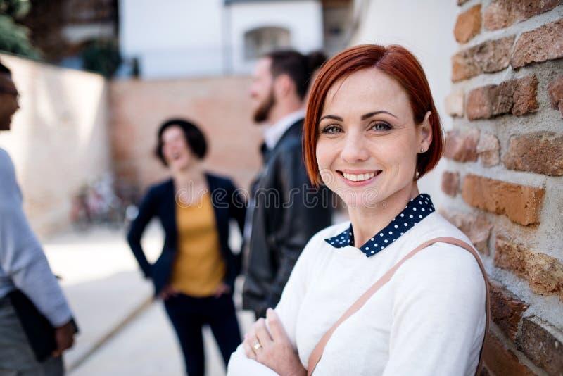 Een portret van jonge bedrijfsvrouw in openlucht status De ruimte van het exemplaar royalty-vrije stock foto's
