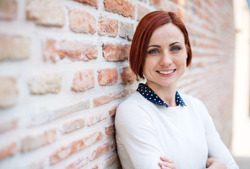 Een portret van jonge bedrijfsvrouw in openlucht status De ruimte van het exemplaar royalty-vrije stock foto