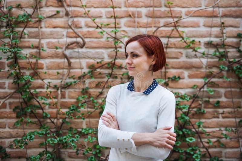 Een portret van jonge bedrijfsvrouw in openlucht status De ruimte van het exemplaar royalty-vrije stock fotografie