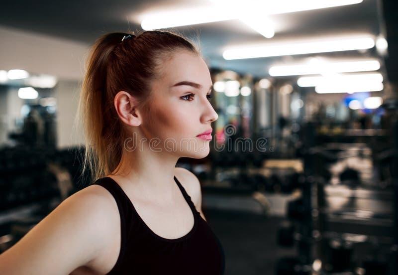 Een portret van jonge meisje of vrouw die zich in een gymnastiek bevinden De ruimte van het exemplaar stock foto's