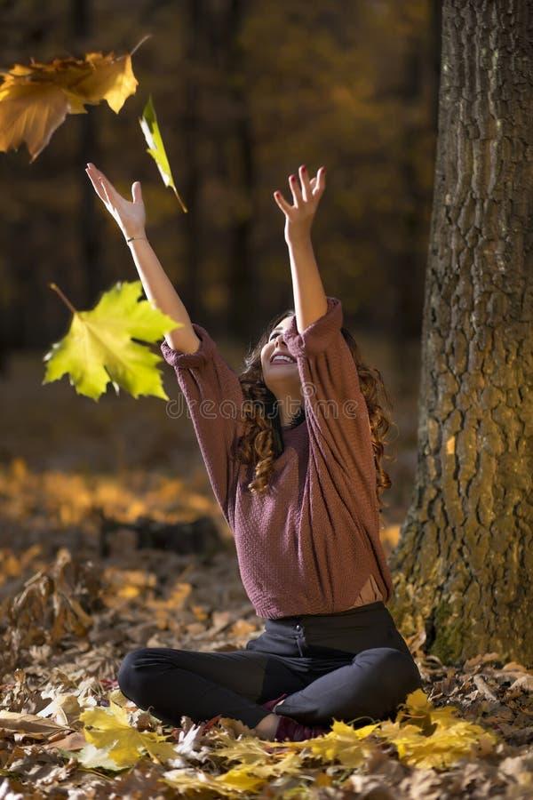 Een portret van een mooie jonge vrouw in de herfst boslifes stock afbeelding