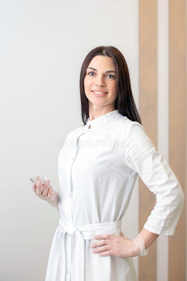 Een portret van een vrouwencosmetologist in een kuuroordcentrum stock foto's