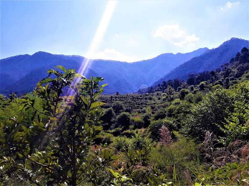 Een Prachtig Blauw Hemel & een Landschap met Groen royalty-vrije stock foto's