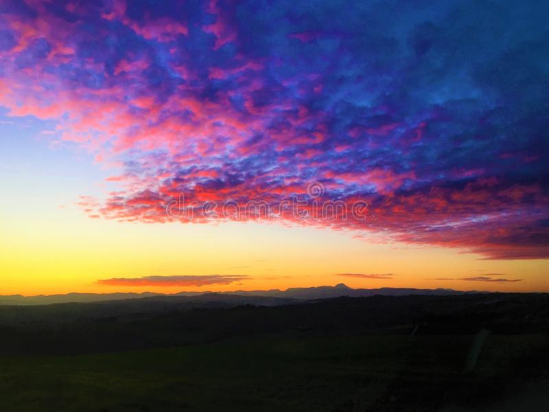 Een prachtig landschap, een aantrekkelijke natuur, een zonsondergang, kleuren en heuvels in de regio Marche, Italië stock fotografie