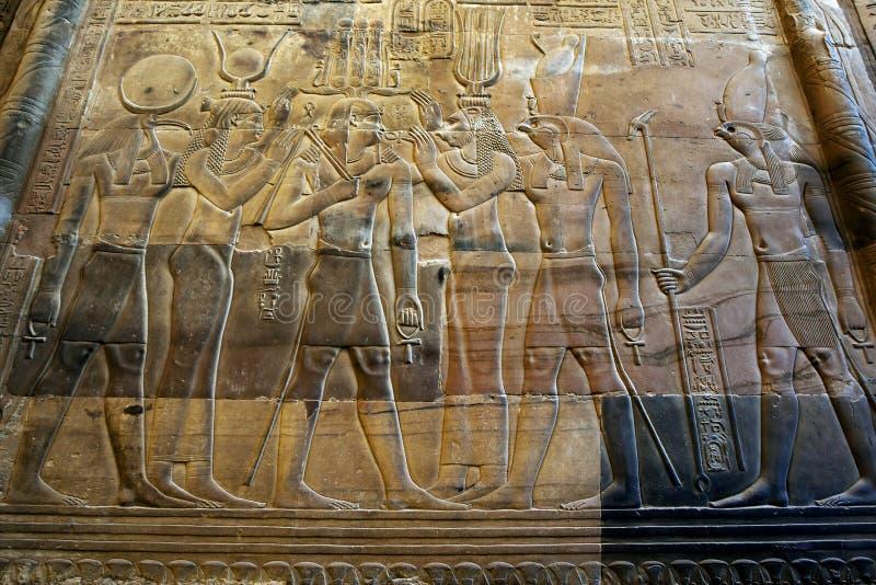 Een prachtig verfraaide muur bij de Tempel van Kom Ombo in Egypte royalty-vrije stock afbeelding
