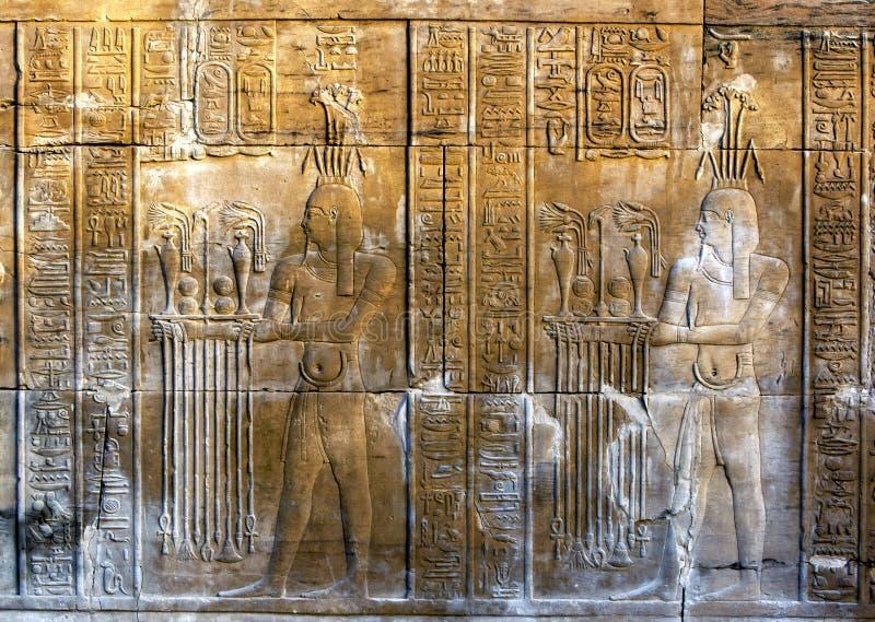 Een prachtig verfraaide muur die gravures en hiërogliefen tonen bij de Tempel van Kom Ombo in Egypte stock foto's