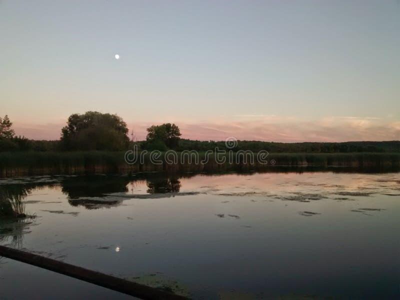 Een prachtige nacht op het water bij schemer royalty-vrije stock fotografie