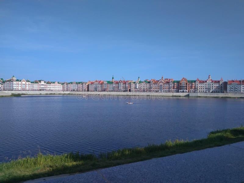 Een prachtige promenade door de rivier royalty-vrije stock fotografie