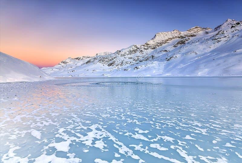 een prachtige zonsondergang over het bevroren meer van de intense koude van de nacht royalty-vrije stock afbeelding