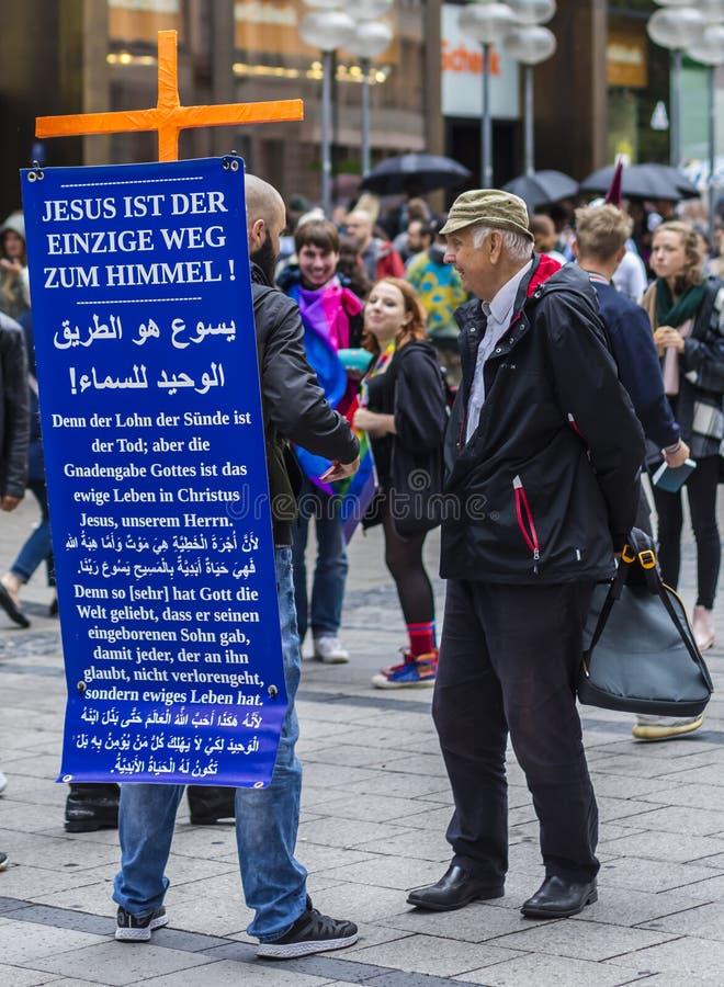 Een prediker tegen homoseksualiteit bij Christopher Street Day-CDD in München, Duitsland royalty-vrije stock afbeeldingen