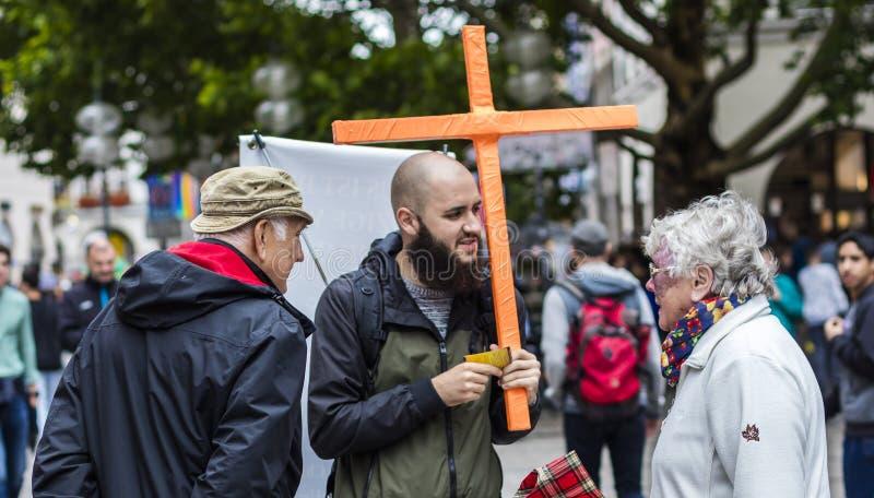 Een prediker tegen homoseksualiteit bij Christopher Street Day-CDD in München, Duitsland royalty-vrije stock foto
