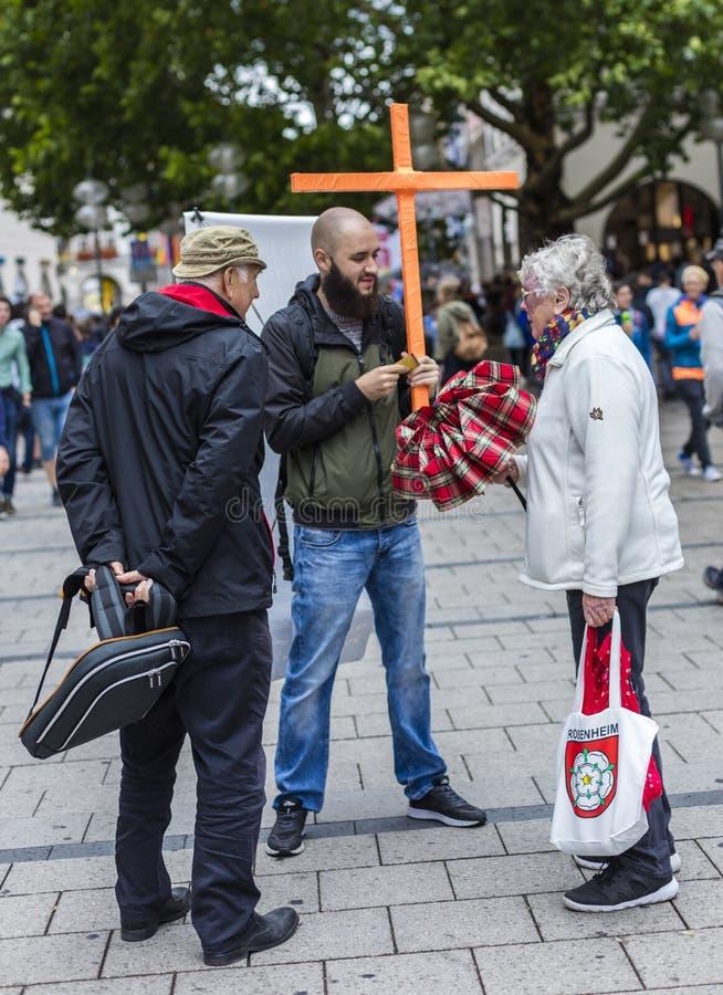 Een prediker tegen homoseksualiteit bij Christopher Street Day-CDD in München, Duitsland stock foto's