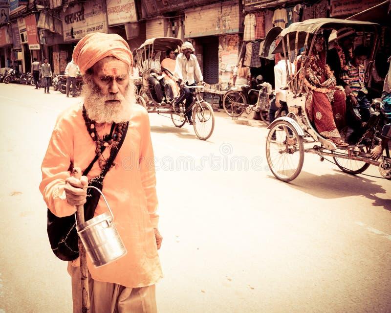 Een priester in benaras dichtbij gangarivier stock afbeelding