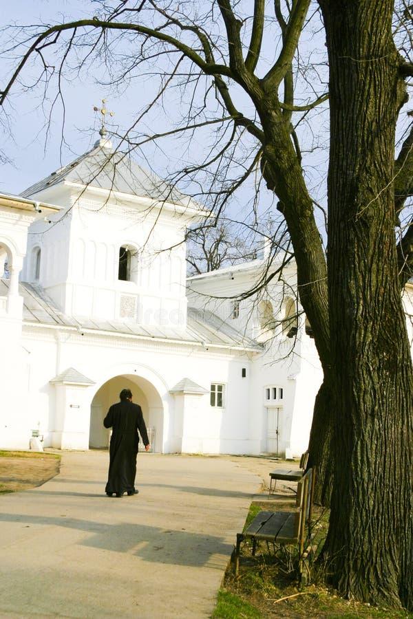 Een priester die aan Kerk loopt royalty-vrije stock afbeeldingen