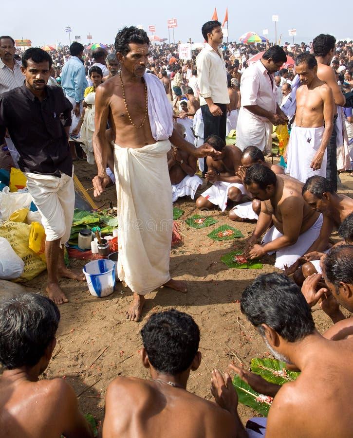 Een priester van de Brahmaan leidt een Hindoese herdenking stock afbeeldingen