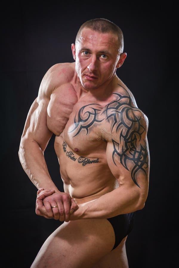 Een professionele atleet op een donkere achtergrond stock foto's