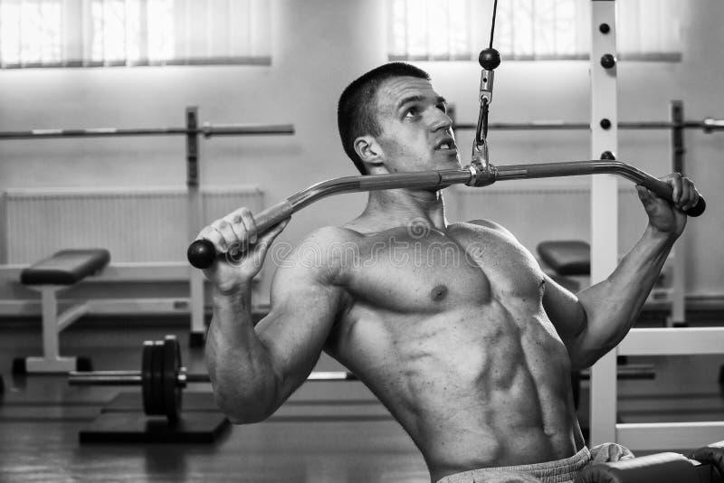 Een professionele atletentreinen in de gymnastiek stock foto's