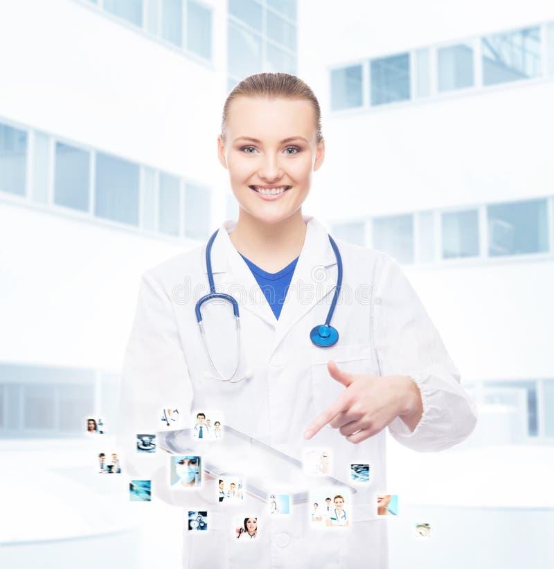 Een professionele en vrolijke artsenvrouw met een tablet stock foto
