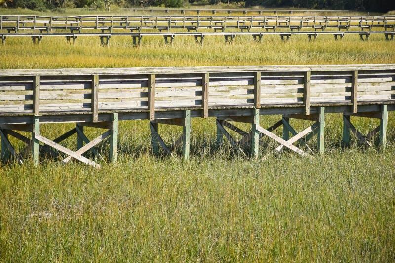 Een promenade met sporen boven een moeras stock afbeeldingen