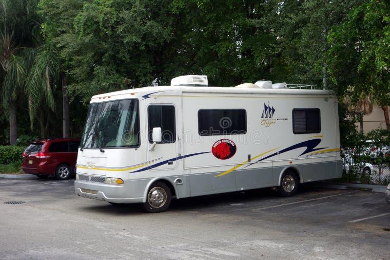 Een propere motorhome in een parkeerterrein royalty-vrije stock afbeelding