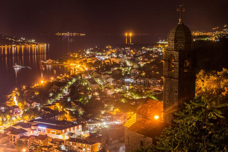 Een recente avond op de Kotor-Baai, een oude die stad door oranje licht wordt aangestoken royalty-vrije stock foto's