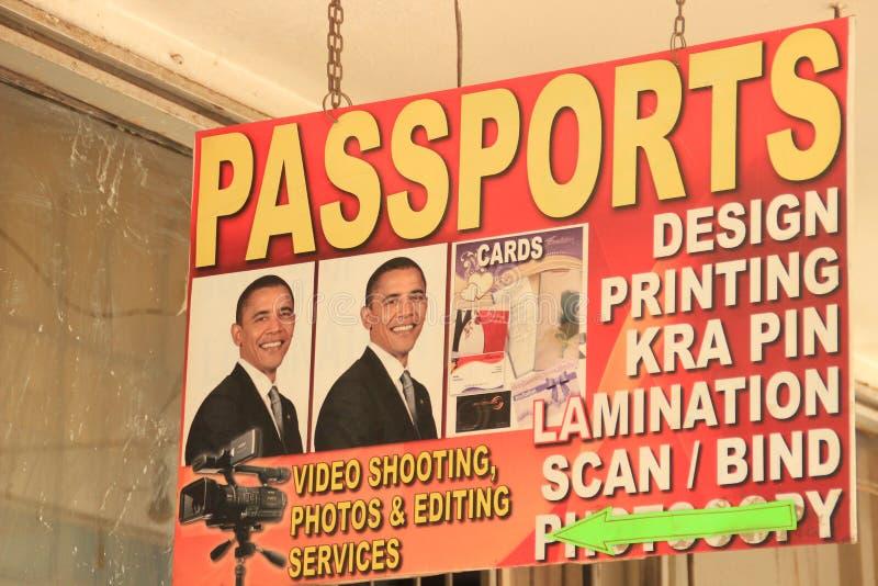Een reclameteken met een portret van de V.S. President Barack Obama voor een paspoort in Nairobi stock afbeeldingen