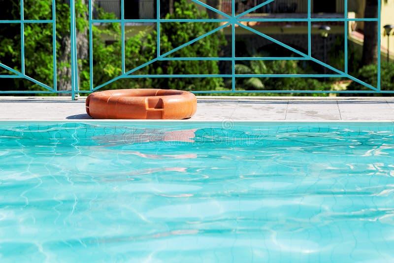 Een reddingsboei voor veiligheid op de rand van pool royalty-vrije stock foto's