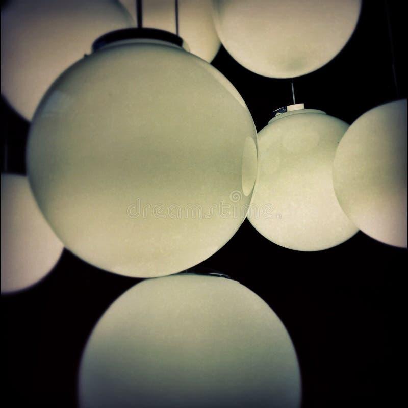 Een reeks aardige lampen tegen het donkere plafond royalty-vrije stock fotografie