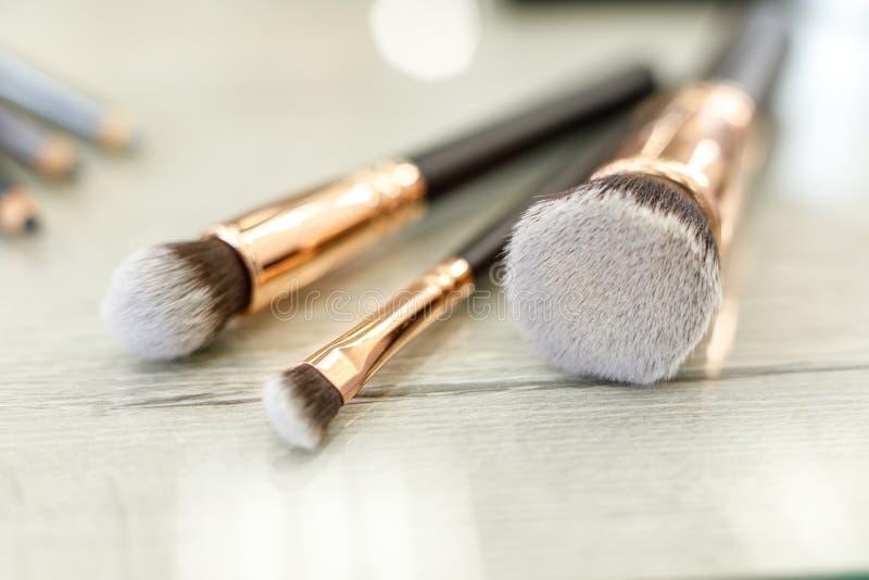 Een reeks borstels voor make-up ligt op de lijst in de schoonheidssalon royalty-vrije stock foto's