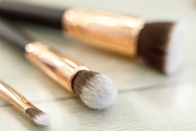 Een reeks borstels voor make-up ligt op de lijst in de schoonheidssalon royalty-vrije stock foto