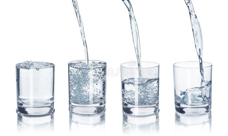 Een reeks glazen met water op stock foto