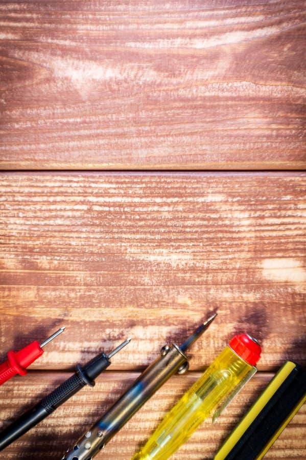 Een reeks hulpmiddelen om elektronika, op houten achtergrond te onderhouden royalty-vrije stock afbeelding