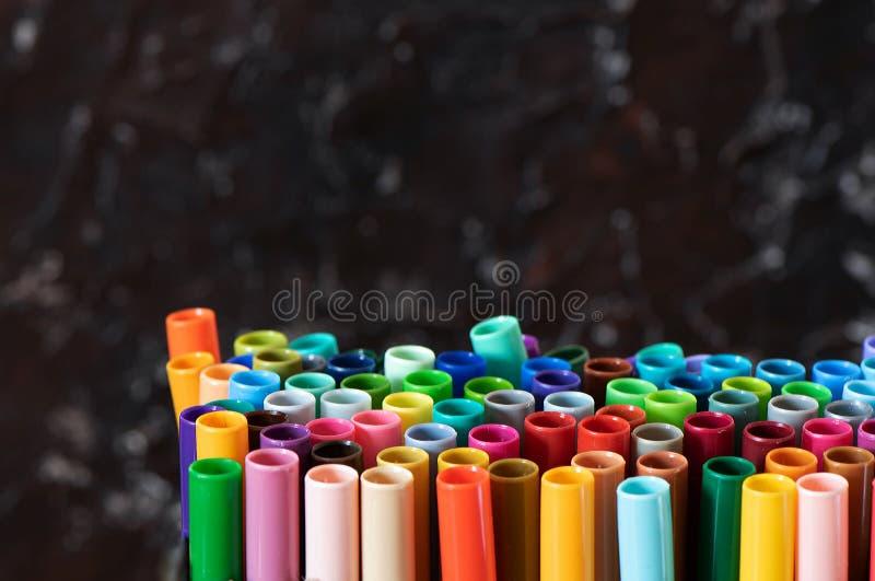 Een reeks kleurrijke tellers, met een plaats voor exemplaarruimte op zwarte achtergrond royalty-vrije stock afbeeldingen